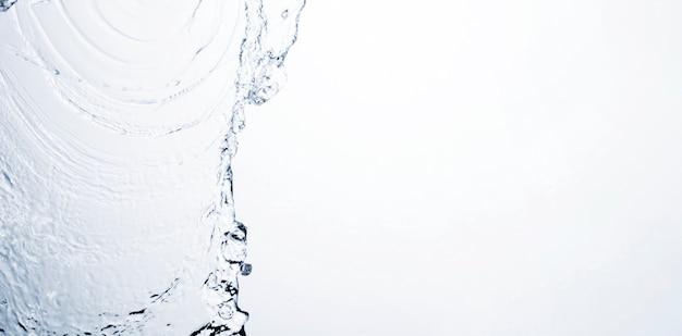 Przejrzysty ciekły pluśnięcie na białym tle z kopii przestrzenią