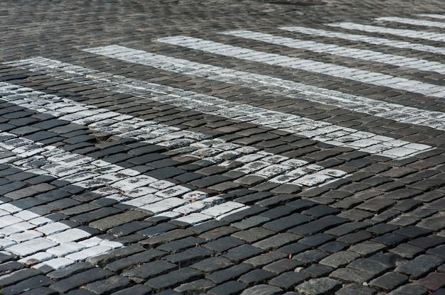 Przejście dla pieszych na starej skalnej drodze w mieście