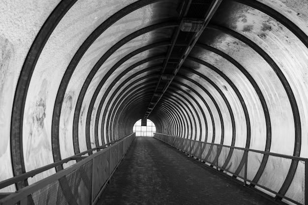 Przejście dla pieszych nad autostradą wykonane w formie tunelu