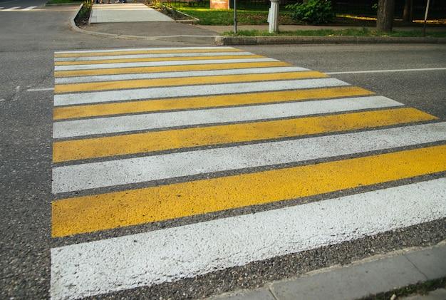 Przejście dla pieszych w mieście dla bezpieczeństwa osób przechodzących przez jezdnię.