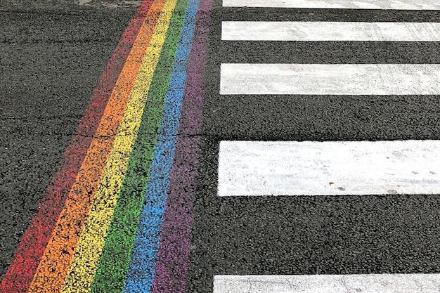 Przejście dla pieszych z dodatkowym pionowym tęczowym paskiem w kolorze lgbt