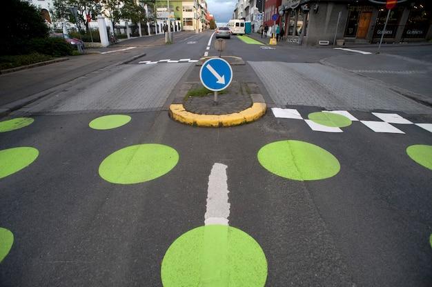 Przejście dla pieszych z kropkami, na brukowanej ulicy