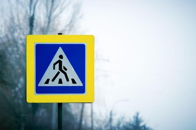 Przejście dla pieszych znak na poboczu drogi. bezpieczeństwo ruchu drogowego