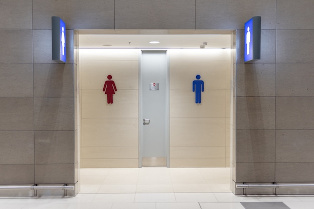 Przejście do toalety w domu towarowym lub centrum handlowym
