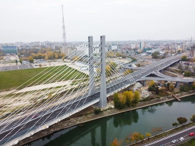 Przejście, most nad rzeką z poruszającymi się samochodami w bukareszcie, rumunia