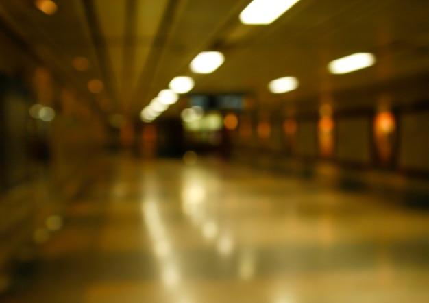 Przejście podziemne w niewyraźne słabe światło na tle