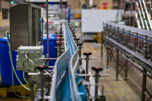 Przejście przez fabrykę napojów rolkowych i przenośnikowych
