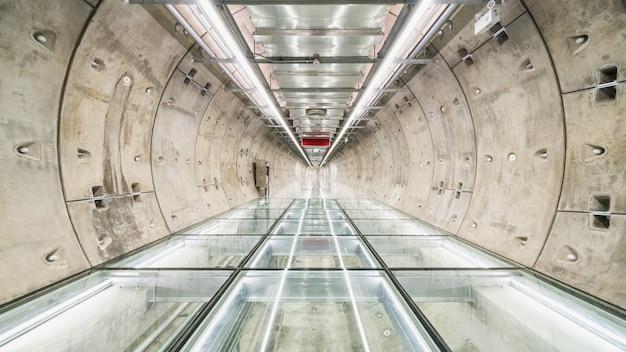 Przejście tunelem metra bez ludzi
