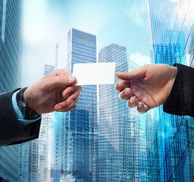 Przejście wizytówki między przedsiębiorcą