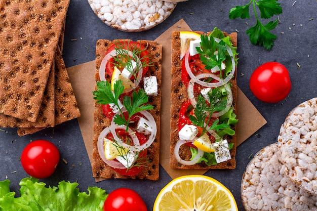 Przekąska chleb i fitness jedzenie z warzywami