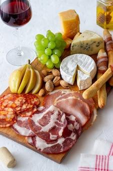 Przekąska do wina. jamon, camembert, chorizo, migdały, ser pleśniowy, parmezan. antipasti. przystawka do wina.