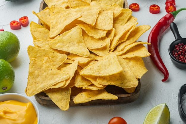 Przekąska na imprezę, frytki, nachos z sosami, na białym stole