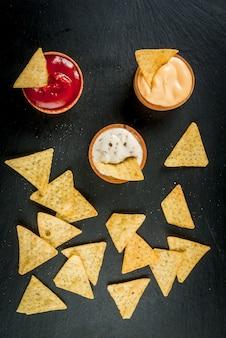Przekąska na przyjęcie, frytki, nachos z sosami