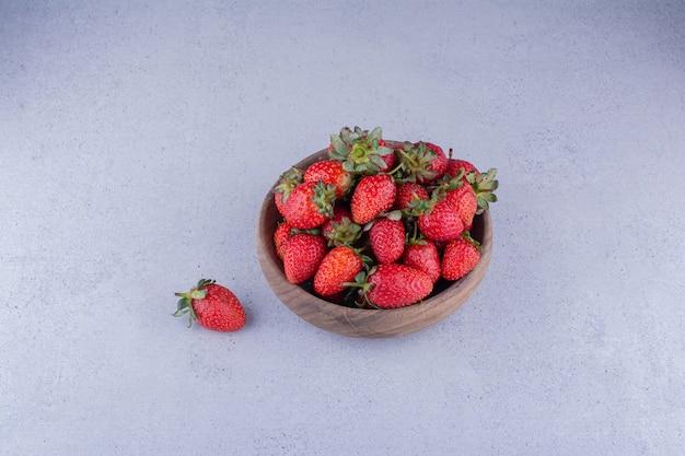 Przekąska porcja miski truskawek na marmurowym tle. zdjęcie wysokiej jakości