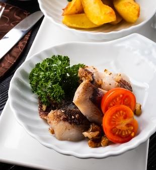 Przekąska śledziowa z orzechami włoskimi i cynamonem, doprawiona pieczonymi ziemniakami.