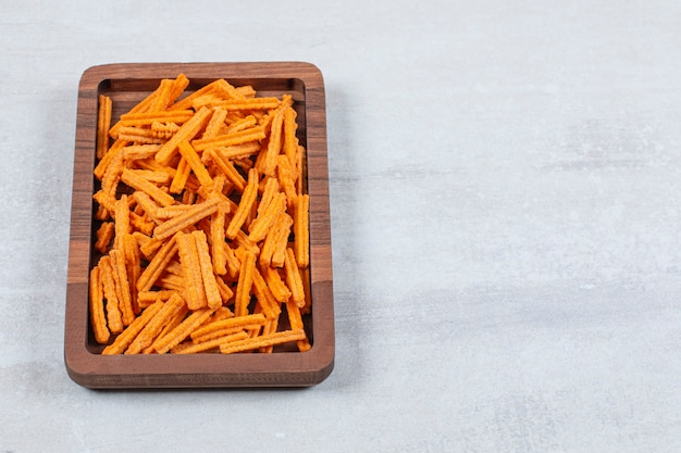 Przekąska. świeże frytki na drewnianym talerzu.