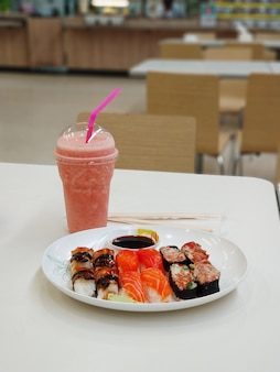 Przekąska w strefie gastronomicznej centrum handlowego. sushi na talerzu.
