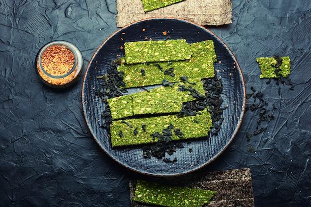 Przekąska z owoców morza z wodorostów i spiruliny. chipsy z alg. jedzenie wegańskie.suche wodorosty