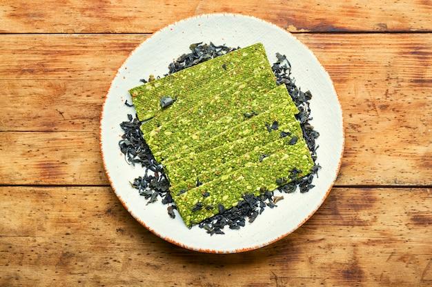 Przekąska z owoców morza z wodorostów i spiruliny. chipsy z alg. jedzenie wegańskie.