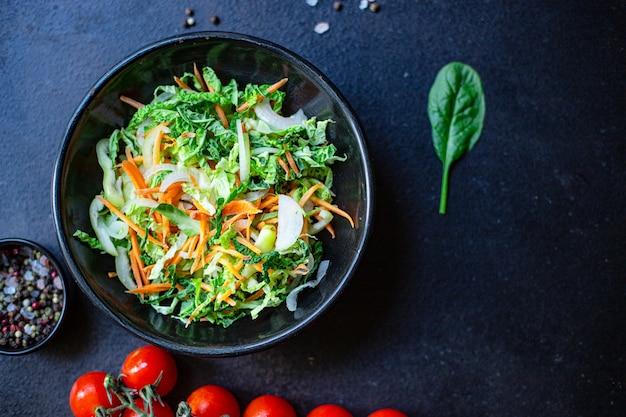 Przekąska z sałatką warzywną kapusta pekińska savoy, cebula, marchew, papryka i inne
