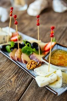 Przekąski dla smakoszy do sera i oliwek