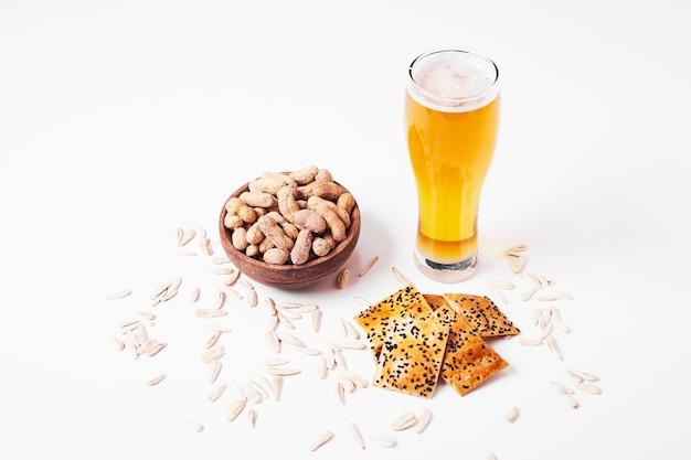 Przekąski i piwo na białym tle.