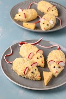 Przekąski myszy do 2020 r. z serem, jajkami i paluszkami krabowymi, symboliczne jedzenie na nowy rok, orientacja pionowa