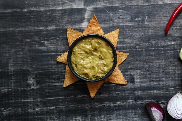 Przekąski. pyszne nachos z guacamole
