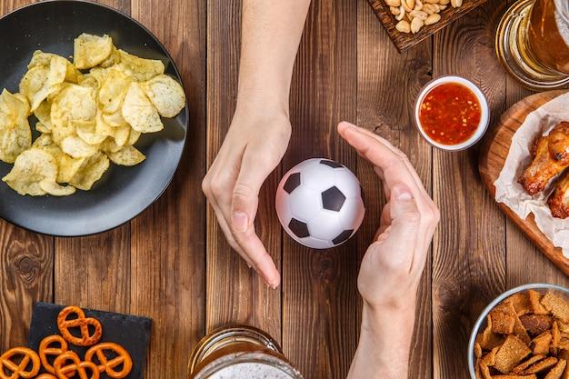 Przekąski, ręce z piłką nożną