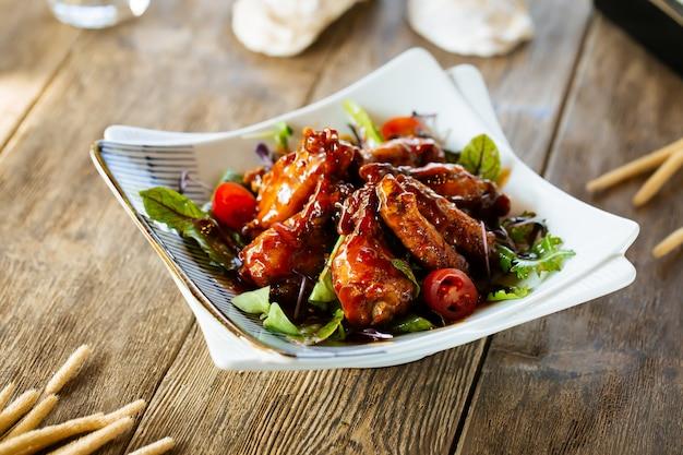 Przekąski skrzydełka z kurczaka w sosie bawolim