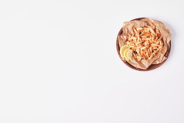 Przekąski z cytryną na białym tle.