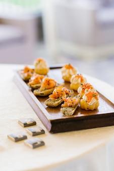 Przekąski z czerwoną rybą na stole w formie bufetu