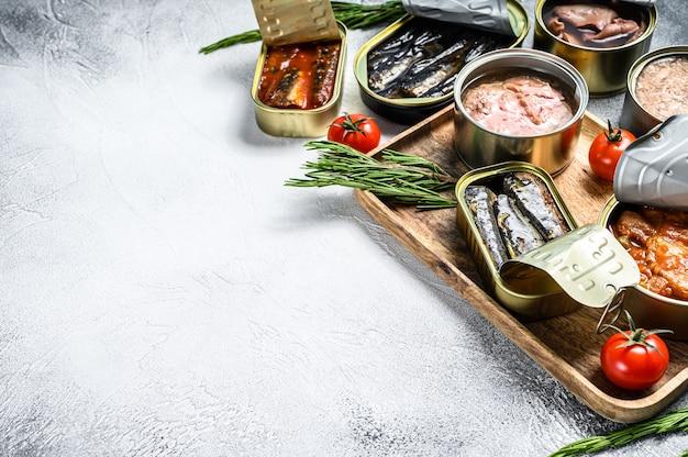 Przekąski z owoców morza - sardynki w puszkach, małże, ośmiornice, łosoś i tuńczyk. widok z góry. skopiuj miejsce.