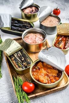 Przekąski z owoców morza w puszkach sardynki, małże, ośmiornice, łosoś i tuńczyk