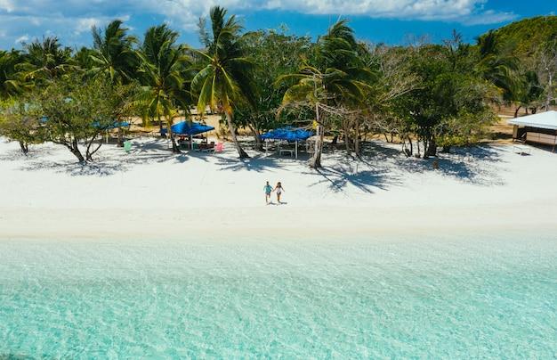 Przekaż wyspę na filipinach, w prowincji coron. zdjęcia lotnicze z drona o wakacjach, podróżach i miejscach tropikalnych