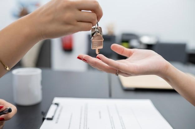 Przekazanie kluczy do niedawno kupionego domu