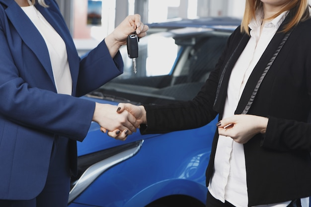 Przekazanie kluczyków do samochodu w salonie