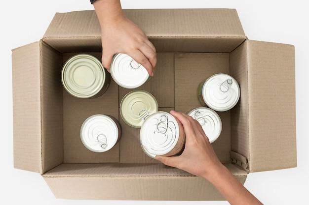 Przekazywanie żywności w puszkach na akcję charytatywną