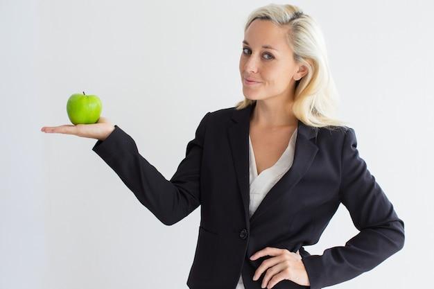 Przekonana, m? oda businesswoman gospodarstwa zielone jab? ko