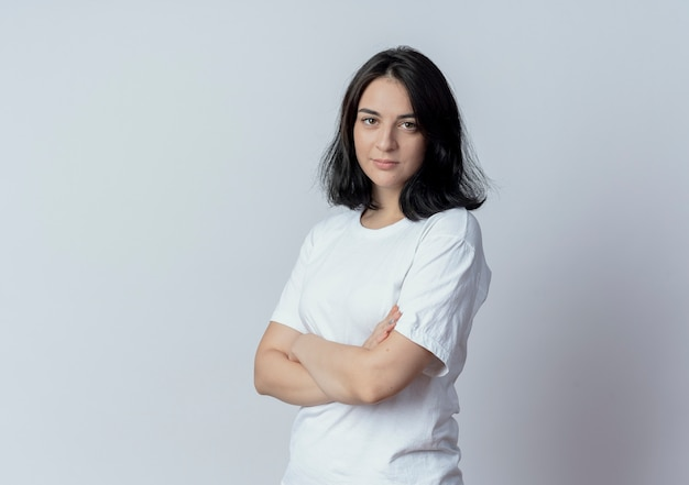 Przekonana, młoda ładna kaukaski dziewczyna stojąca z zamkniętą postawą w widoku profilu na białym tle na białym tle z miejsca na kopię