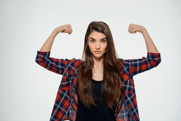 Przekonana, silna kobieta flex biceps