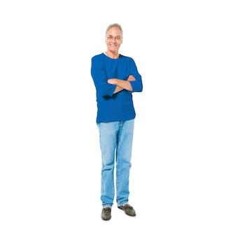 Przekonana, starszy człowiek stojący z rękami skrzyżowanymi
