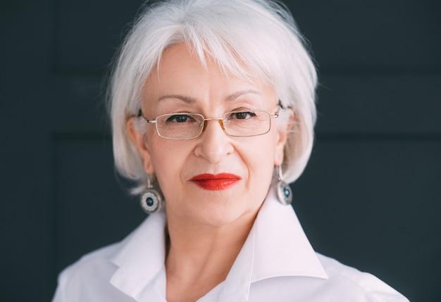 Przekonana, starszy portret kobiety biznesu... niezależność stażu pracy i rozwój osobisty.
