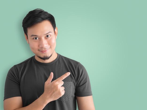 Przekonany, azjatycki człowiek obecny pomysł. czarny t-shirt opłakuje króla tajlandii.