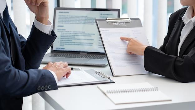 Przekonany, biznesmen siedzi przed rozmową kierownika biura prowadzenia ankietera