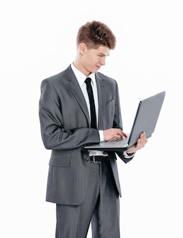 Przekonany, młody biznesmen z laptopem .isolated na białym tle.