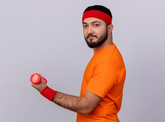 Przekonany, młody człowiek sportowy noszenia opaski i nadgarstka ćwiczeń