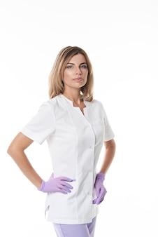Przekonany, profesjonalny portret lekarza, patrząc na aparat stojący na białym tle biały z miejsca na kopię