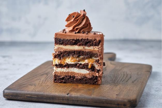 Przekrój czekoladowy biszkopt deser nadziewany solonym karmelem i orzeszkami ziemnymi