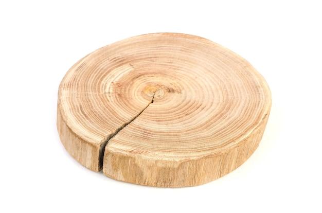 Przekrój poprzeczny wyciętego kawałka pnia drzewa z falistymi rysami i słojami wyciętymi z lasu